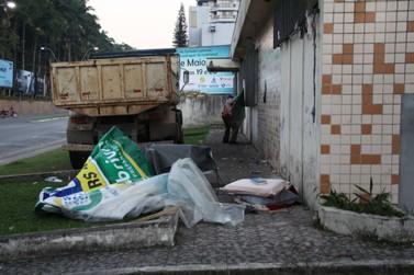 Moradores de rua desocupam antigo prédio dos Correios, no Centro