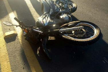 Motociclista de 28 anos fica ferido em acidente na Antônio Heil