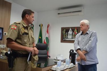 Novo comandante do 18º Batalhão de Polícia Militar visita gabinete do prefeito