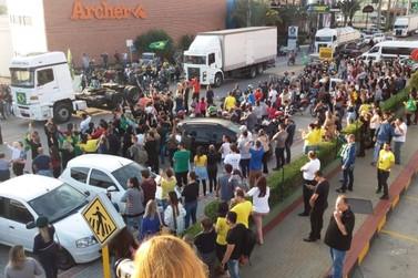 Shoppings e lojas da Antônio Heil fecham e manifestantes se reúnem no local