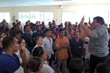 Trabalhadores da Irmãos Fischer paralisam e reivindicam reajuste salarial