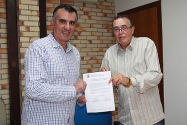 Alessandro Simas assume cadeira de Rogério dos Santos na Câmara Municipal