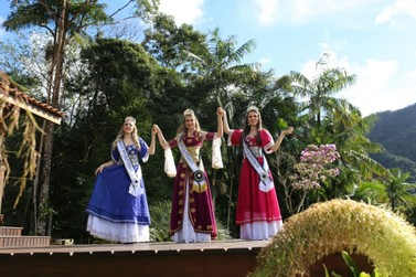 Guabiruba realiza baile para escolha da realeza da Festa da Integração