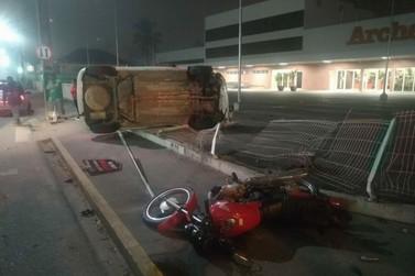 Após colisão e capotamento de carro e moto, motociclista tem ferimentos graves