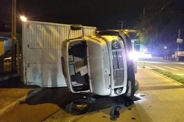 Caminhão tomba na rua Guilherme Wegner, São Luiz