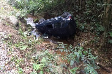 Carro capota e cai em riacho na estrada geral da Serra do Moura, Santa Luzia