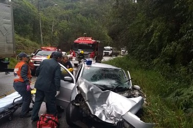 Colisão frontal entre carro e caminhão baú deixa vitima gravemente ferida