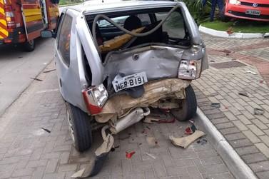 Condutora perde controle da direção, bate em dois carros e em grade de prédio