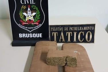 Dois são presos em flagrante por tráfico de drogas, no bairro Limeira