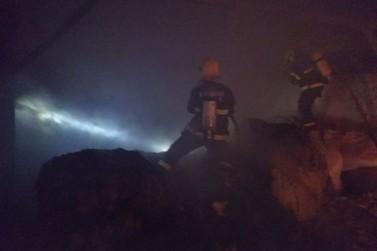 Galpão com mais de 7 mil quilos de algodão pega fogo em Botuverá