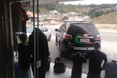 Mais de mil peças de roupas falsificadas são apreendidas na rodovia Antônio Heil