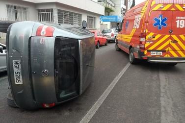 Após colidir com três veículos carro capota e motorista fica ferida
