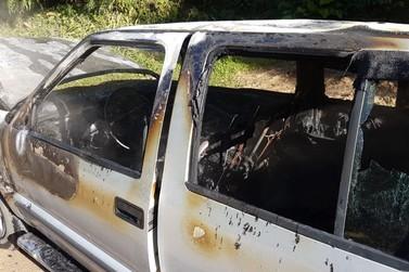 Carro é destruído por fogo, no bairro Pomerânia, em Guabiruba