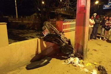 Colisão contra muro deixa motociclista e garupa feridos, no Águas Claras