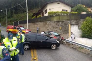 Colisão entre veículos deixa duas pessoas feridas