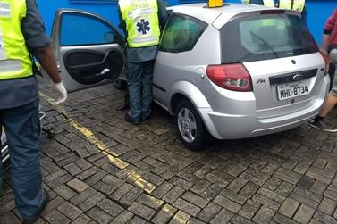 Mulher fica ferida em acidente na rua Felipe Schimdt, Centro