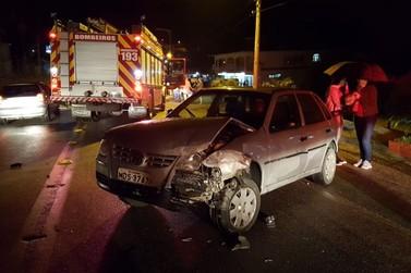Três veículos se envolvem em acidente, no bairro Dom Joaquim