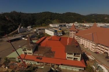 Troca de telhado do Pavilhão da Fenarreco é concluída em 90%