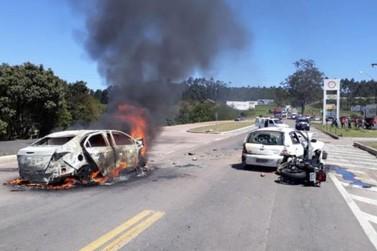 Acidente envolvendo dois carros e uma moto deixa oito pessoas feridas