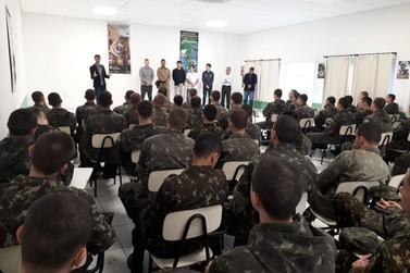 Atiradores do Tiro de Guerra recebem cartilha sobre segurança pública