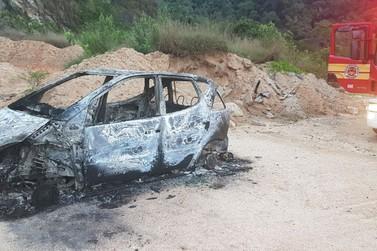 Carro é destruído pelo fogo, no bairro Limeira