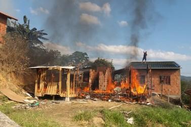 Casa é completamente consumida pelo fogo, em Itajaí