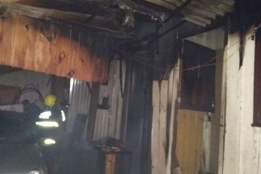 Casa feita de madeira pega fogo, no bairro Zantão