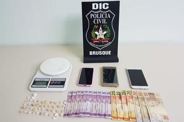 Homem é preso por tráfico de drogas, no loteamento Dom Nelson