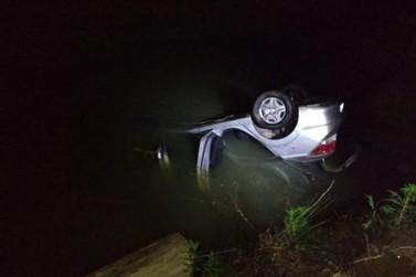 Idosa morre após carro em que estava cair em rio, em Vidal Ramos