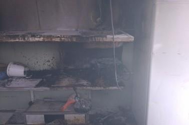 Trailer tem curto circuito e paga fogo, no bairro Santa Rita