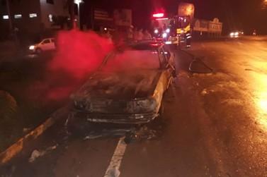 Carro é destruído pelo fogo, no bairro Santa Luzia