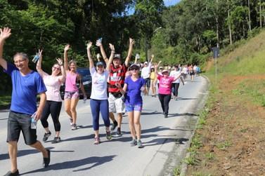 Cerca de cem pessoas aderem à caminhada pela saúde em Guabiruba