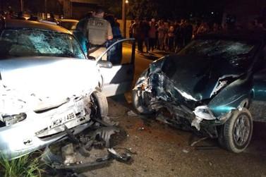 Colisão frontal entre dois carros deixa três pessoas gravemente feridas