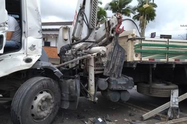 Com colisão de caminhões vítimas são conduzidas ao Hospital Azambuja