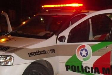 Criminosos quebram vidro de carro e furtam objetos de dentro do veículo