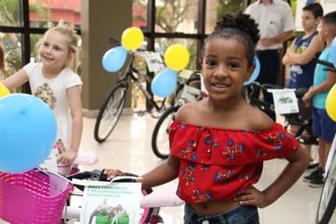 Dez crianças recebem bicicletas sorteadas durante último Sábado Fácil