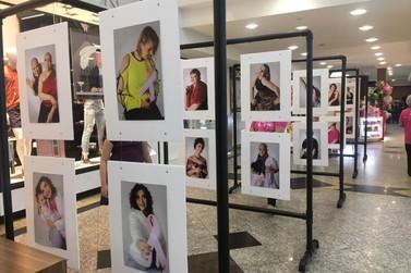 Exposição com fotografias de mulheres que enfrentam o câncer vai para a Havan