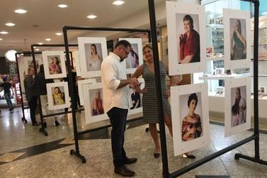 Exposição fotográfica eleva autoestima de mulheres que enfrentam câncer de mama