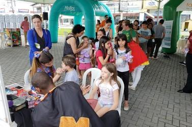 Famílias brusquenses aproveitam Dia do Bem Farma Sesi