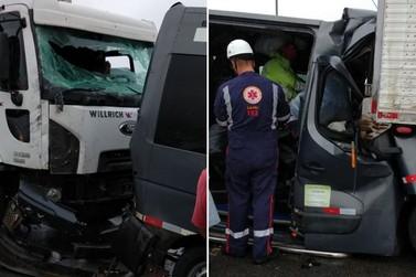 Grave acidente envolvendo van e dois caminhões deixa seis pessoas feridas