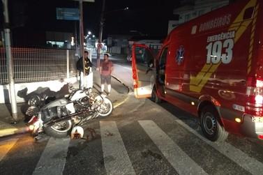 Motociclista fica ferido em colisão contra carro, no Centro de Brusque