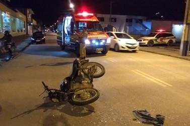 Motociclista fica gravemente ferida ao colidir contra carro