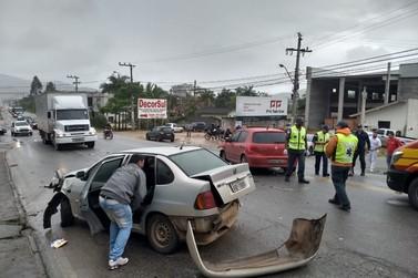Quatro veículos se envolvem em um acidente