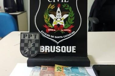 Suspeito de trazer drogas de Itajaí para vender em Brusque é preso em flagrante