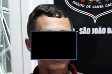 Um dos suspeitos de assaltar posto de gasolina é identificado pela Polícia Civil