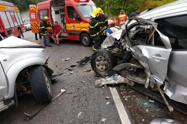 Colisão entre caminhonetes deixa ao menos uma pessoa em estado grave