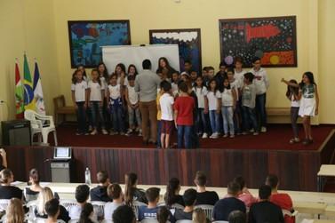 Crianças e adolescentes participam de conferência sobre seus próprios direitos
