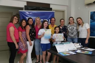 Estudantes da rede pública municipal recebem prêmios do Recicla CDL