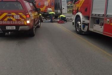Homem fica ferido ao cair de moto