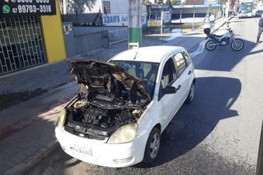 Motor de carro é destruído por fogo